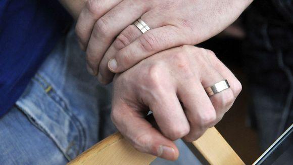 Miespariskunnan kädet.