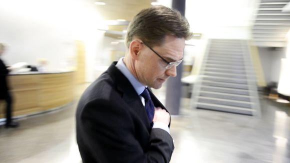 Jyrki Katainen saapumassa suuren valiokunnan kuultavaksi eduskunnassa.