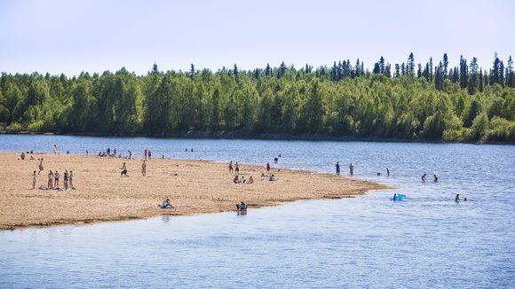 Lapissa tehtiin perjantaina 31. päivä toukokuun lämpöennätys. Ilmatieteen laitoksen mukaan Utsjoen Kevolla mitattiin 30,1 astetta. Uimarit nauttivat hellesäästä Ivalon uimarannalla Ivalojoen varrella 31. toukokuuta 2013.