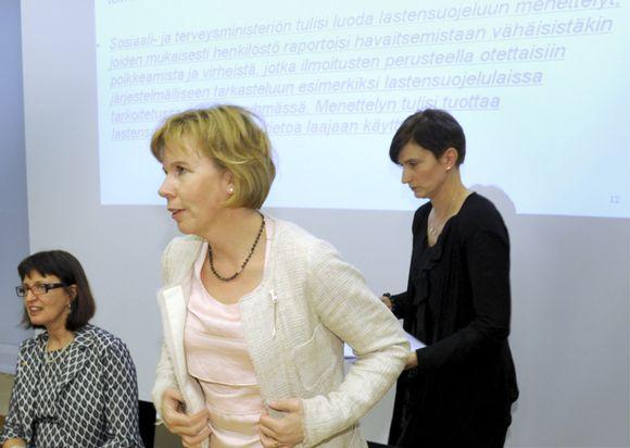 Oikeusministeri Anna-Maja Henriksson (r., kuvassa keskellä).