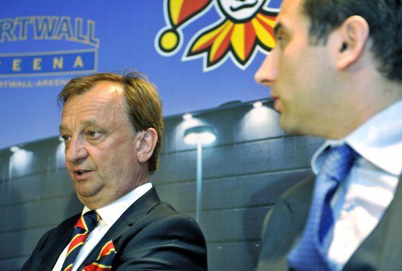 Jokereiden hallituksen puheenjohtaja Hjallis Harkimo (vas.) tiedotustilaisuudessa Hartwall Areenalla Helsingissä perjantaina 28. kesäkuuta 2013.