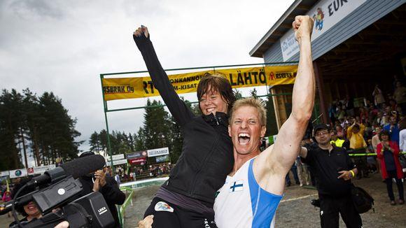 Video: Kristiina Haapanen ja Taisto Miettinen juhlivat Eukonkannon maailmanmestaruuttaan Sonkajärvellä 6. heinäkuuta 2013.