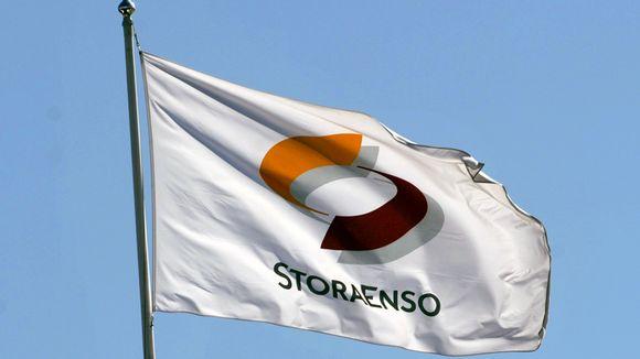 Stora Enson lippu logoineen yhtiön pääkonttorin katolla Helsingin Katajanokalla.