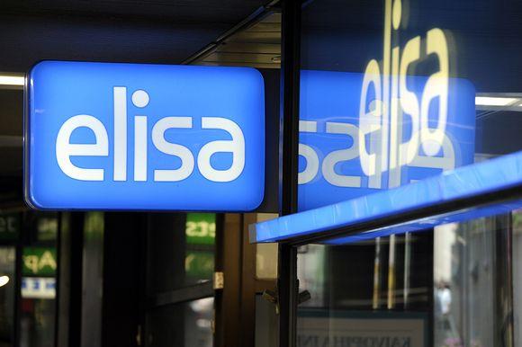 Teleoperaattori Elisan logo liikkeen ulkopuolella Helsingissä.