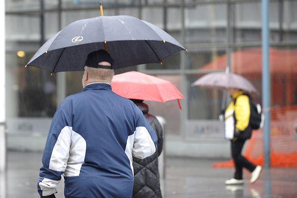 Ihmisiä sateenvarjoineen Itäkeskuksessa Helsingissä 4. marraskuuta.