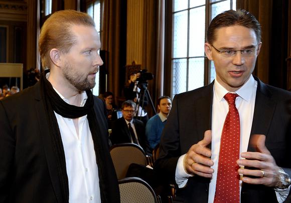 Professori Pekka Himanen ja pääministeri Jyrki Katainen Helsingin Säätytalolla torstaina 7. marraskuuta 2013.