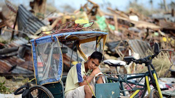 Nuori filippiiniläispoika istuu taksipyörässään Taclobanissa 11. marraskuuta 2013.