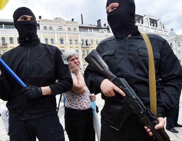 Niin sanotun Azovin pataljoonan miehiä valatilaisuudessa Kiovassa viime kesäkuussa. LKS 20140623