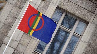 Saamelaisten kansallispäivän kunniaksi lippu liehui salossa Helsingin Narinkkatorilla 6. helmikuuta 2013.