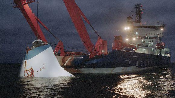 M/S Estonian keulavisiiriä nostetaan Utön edustalla 19. marraskuuta 1994. Keulavisiiri kuljetettiin Hangon satamaan jatkotutkimuksia varten.