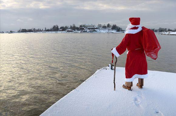 Joulupukki tähystää merelle Helsingissä.