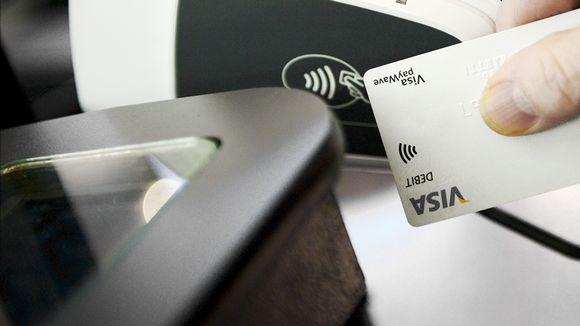 Maksukorttia käytetään kaupan kassalla.