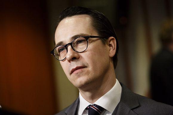 Puolustusministeri Carl Haglund.