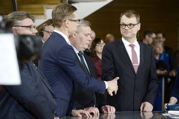 Alexander Stubb ja Juha Sipilä kätttelivät eduskuntavaalien tulosillassa Pikkuparlamentissa Helsingissä.