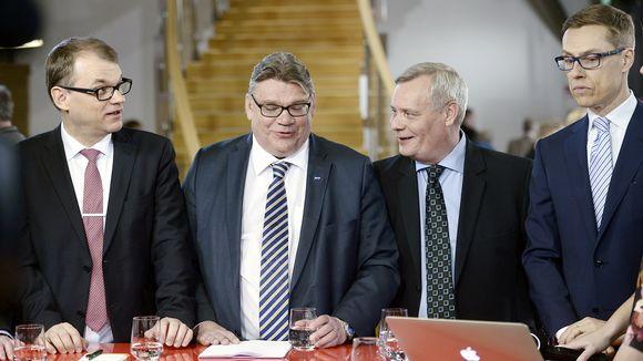 Juha Sipilä, Timo Soini, Antti Rinne ja Alexander Stubb tulosillassa Pikkuparlamentissa Helsingissä.