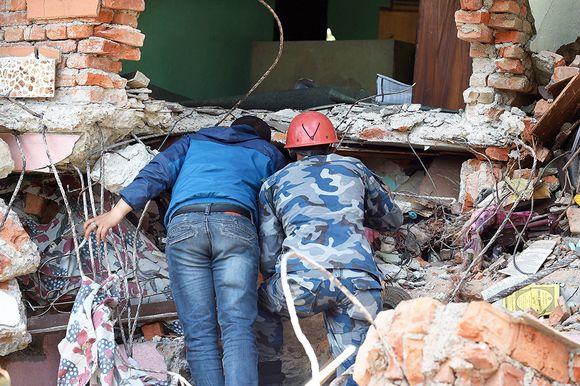 Maanjäristyksessä romahtaneen talon raunioista etsittiin eloonjääneitä vielä 27. huhtikuuta.