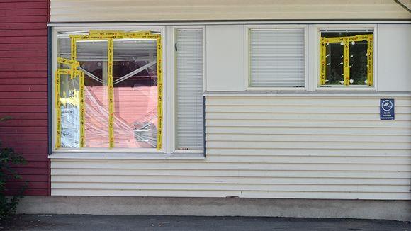 Teipattuja rikottuja ikkunoita Espoolaisessa päiväkodissa .