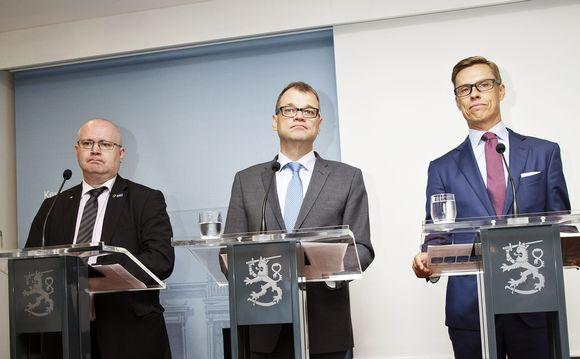 Valtiovarainministeri Alexander Stubb (oik.), pääministeri Juha Sipilä ja oikeus- ja työministeri Jari Lindström hallituksen tiedotustilaisuudessa Helsingissä 31. elokuuta.