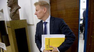 Keskustan ympäristöministeri Kimmo Tiilikainen eduskunnan täysistunnossa 2. lokakuuta