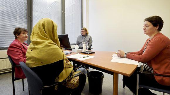 Maahanmuuttovirasto esittelee huhtikuussa tarkoitetussa taustatilaisuudessa puhuttelutapahtuman, jonka Suomesta turvapaikkaa hakeva henkilö käy läpi.
