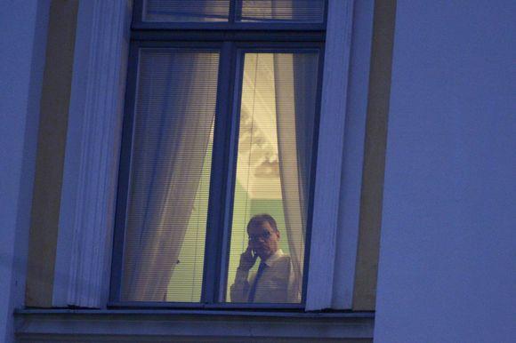 Pääministeri Juha Sipilä puhuu puhelimeen valtioneuvoston linnassa Helsingissä perjantaiaamuna 6. marraskuuta