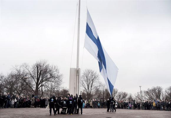 Video: Suomen itsenäisyyspäivän vietto alkoi perinteisin menoin, kun valtakunnallinen lipunnosto järjestettiin Helsingin Tähtitorninmäellä aamuyhdeksältä sunnuntaina 6. joulukuuta.