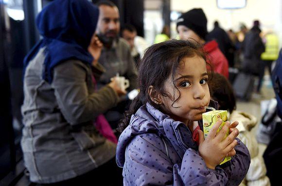 Tytär Wed juo pillimehua äiti Luman ja isä Thaeerin keskustellessa taustalla Torniossa 18. syyskuuta. Kolmilapsinen perhe on matkannut yli kuukauden ajan Irakin Bagdadista läpi Euroopan Suomeen.
