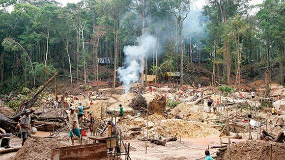 Garimpo da Fofoca -kultakaivos Amazonin sademetsässä Brasiliassa noin 450 kilometriä Manauksen kaupungista etelään vuonna 2007.