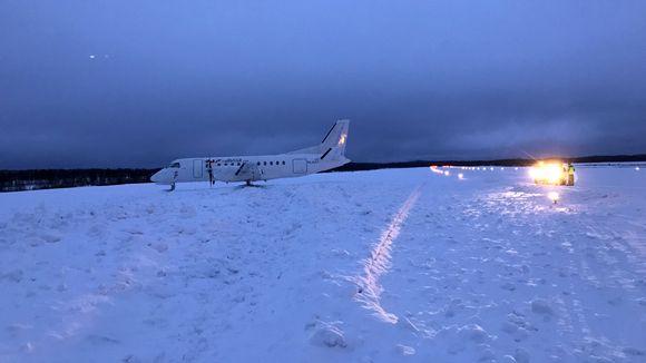 Raf Avian lentokone ajatuneena sivuun kiitoradalta Savonlinnan lentokentällä