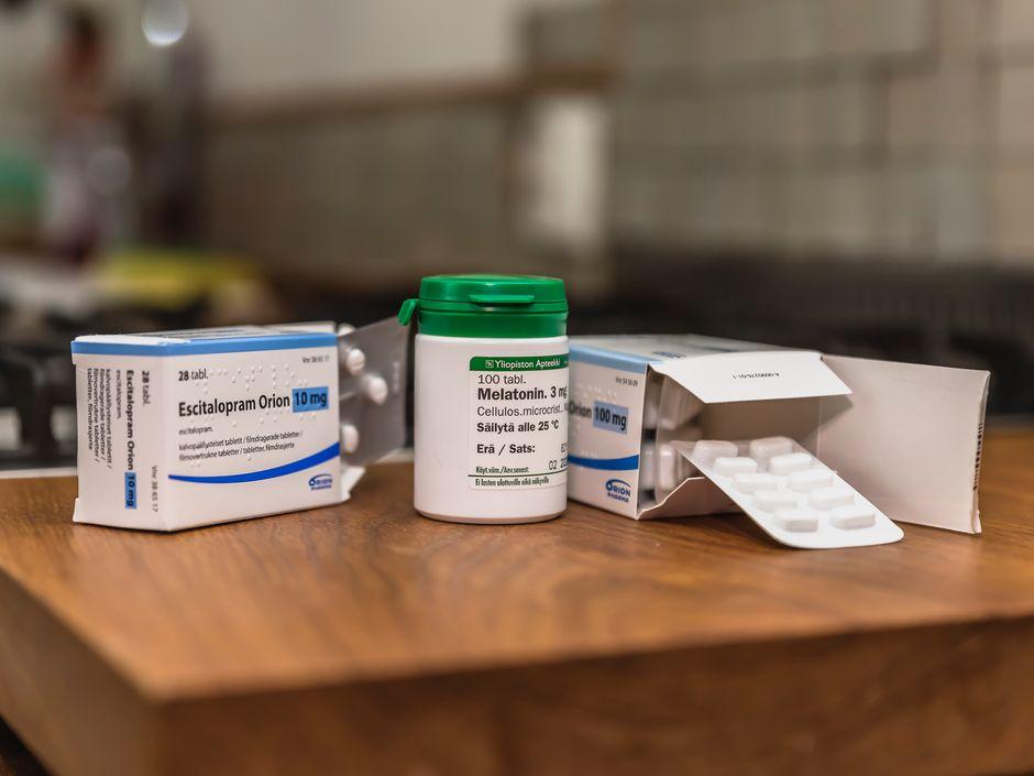 Narkolepsian hoidossa käytettävien lääkkeiden tablettiliuskoja ja lääkepakkauksia pöydällä.