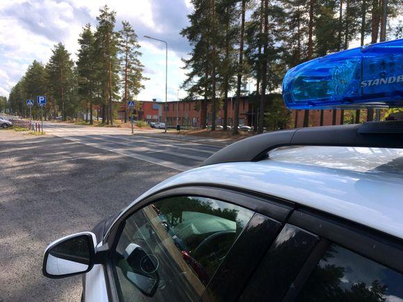 Poliisiauto ja Kalevankankaan koulu