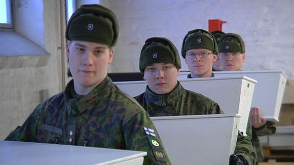Sotilaat kantavat arkkuja Lappeenrannan Rakuunamäellä.