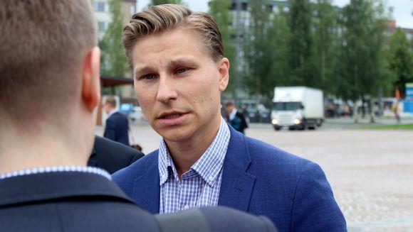 Oikeusministeri Antti Häkkänen tapaa mediaa Mikkelin torilla.