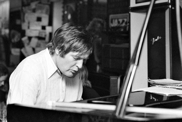 Kirjailija ja psykiatrian erikoislääkäri Claes Andersson soittaa jazzravintola Groovyssa pianoa 26. tammikuuta 1980.