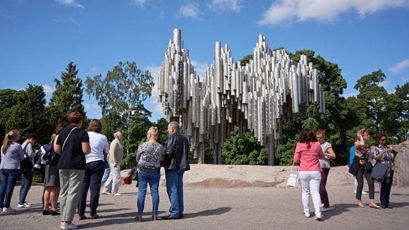 Tourists at Sibelius monument.