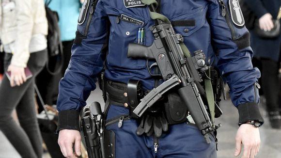 LKS 20170901 Poliisi partioi konepistooli esillä Helsinki-Vantaan lentoasemalla Vantaalla 13. huhtikuuta 2017.