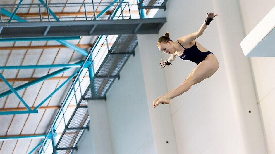 Uimahyppääjä ilmassa Nuorten SM-kilpailuissa 2018.