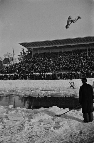 Uimahyppynäytös Soutustadionilla vuonna 1946.