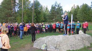 Ympäristöministeri Kimmo Tiilikainen tervehtii polkujuoksun osallistujia.