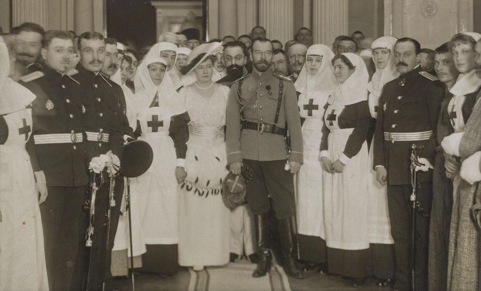 Keisari Nikolai II tarkastamassa Helsingin keisarillisessa palatsissa toimivaa sotilassairaalaa ensimmäisen maailmansodan aikana. Keisarin vieressä kenraalikuvernööri F. A. Seynin puoliso Sofia Seyn, joka johti sotasairaaloiden naistoimikuntaa.