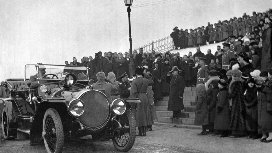 Ensimmäinen maailmansota. Keisari Nikolai II tulossa jumalanpalveluksesta Uspenskin katedraalista.