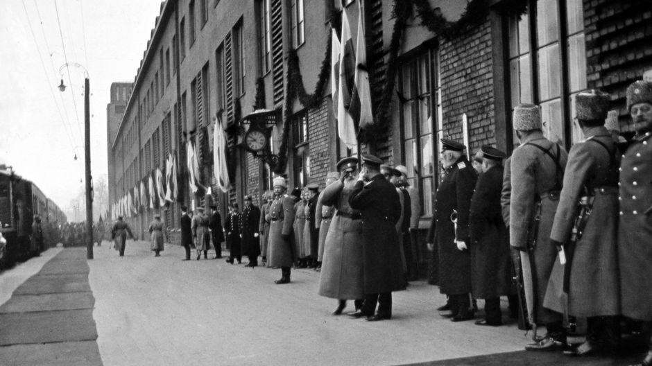 Ensimmäinen maailmansota. Keisari Nikolai II:n vierailu Helsingissä 10 - 11. maaliskuuta 1915. Keisari lähdössä paluumatkalle Helsingin rautatieasemalta.
