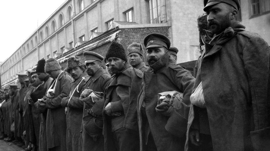 Esimmäinen maailmansota. Haavoittuneita venäläisiä sotilaita Helsingin rautatieasemalla.
