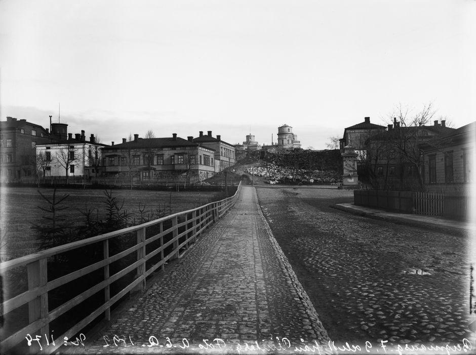 Вид на столичную обсерваторию с улицы Вуоренмиехенкату, 1982 г.
