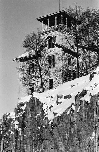 Одна из деревянных вилл, расположенных на скале Линнунлаулу