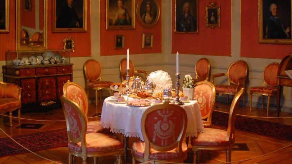 Кофе подавали в салоне, оформленном в густавианском стиле