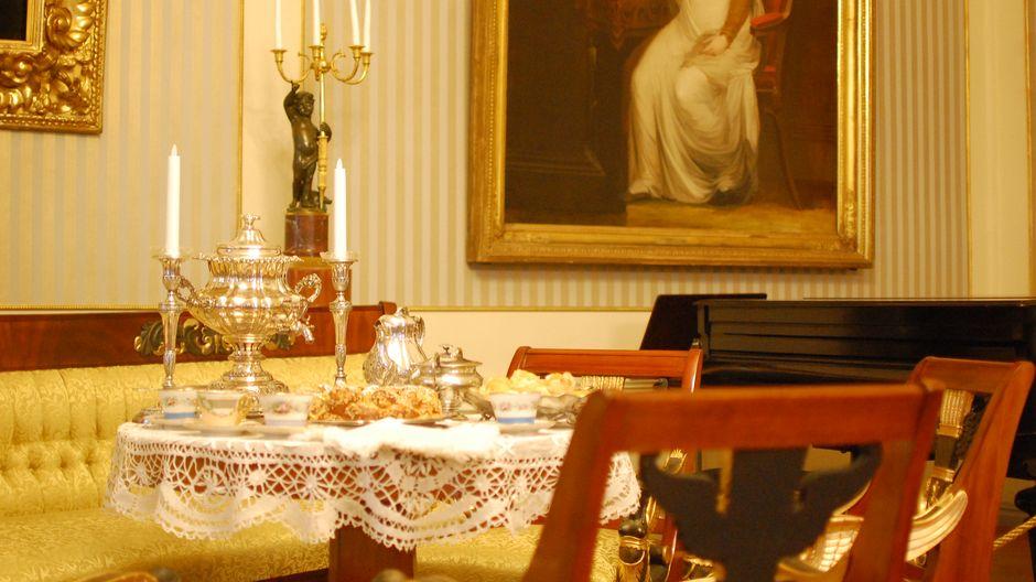 Чаепитие в зале, оформленном в стиле ампир