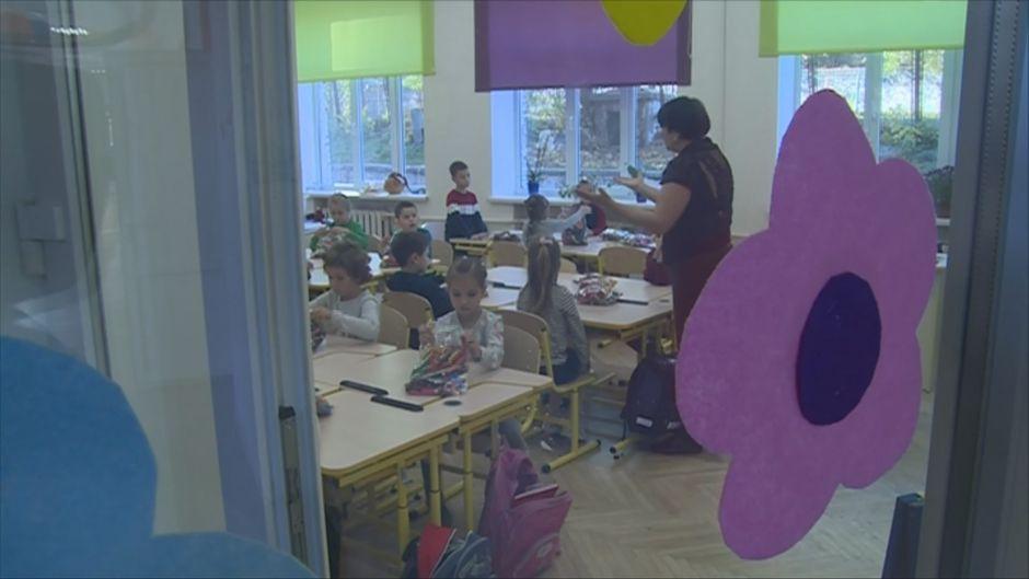 Ukrainalainen koululuokka oppimassa suomalaisittain.