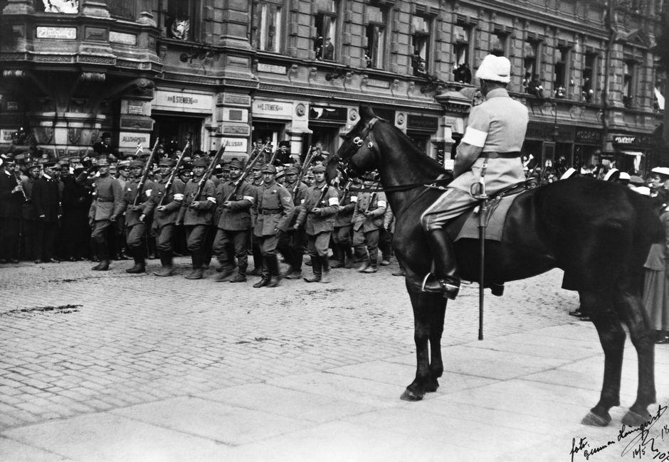 Маннергейм принимает парад победы 1918 года, сидя верхом на жеребце Нептуне