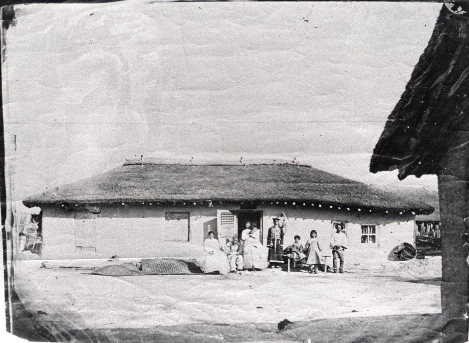 Первый дом переселенцев в Стрелке, 1869. Ранее он принадлежал китайцам, но был пуст, когда группа Гека решила поселиться в этих местах.